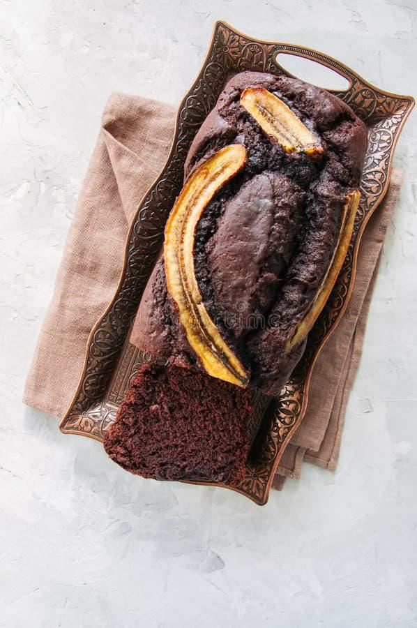 Fruktan för chokladbanandatum på ett tappningmagasin på en vit sten b arkivbild