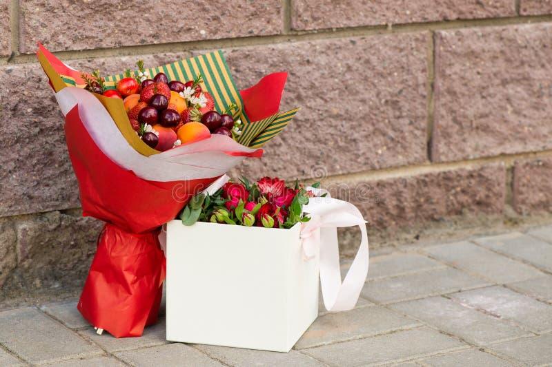fruktbukett och ask med blommor fotografering för bildbyråer