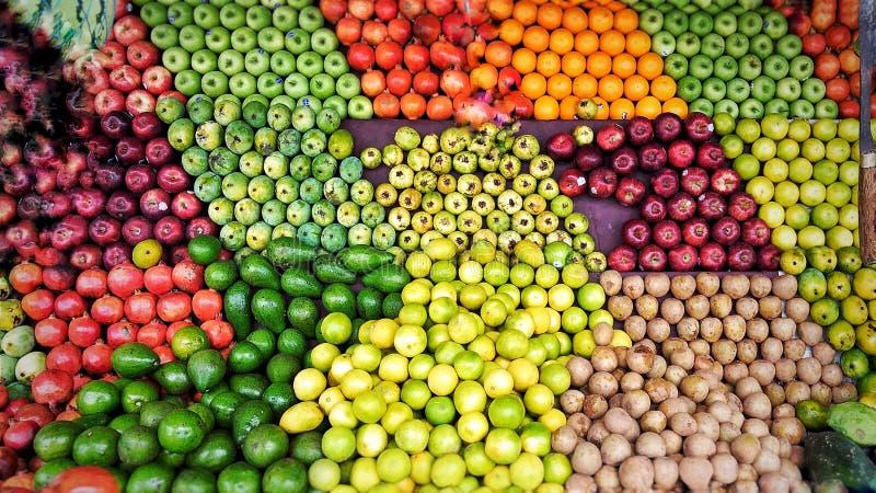 Fruktceller Perfectionism i en gata shoppar i Indien royaltyfria foton