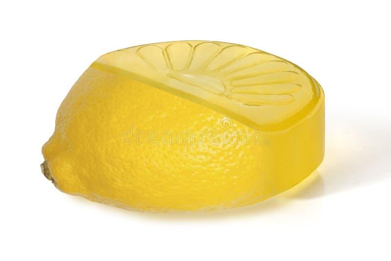 Fruktcitronkaramell med ett stycke av citronen royaltyfria bilder