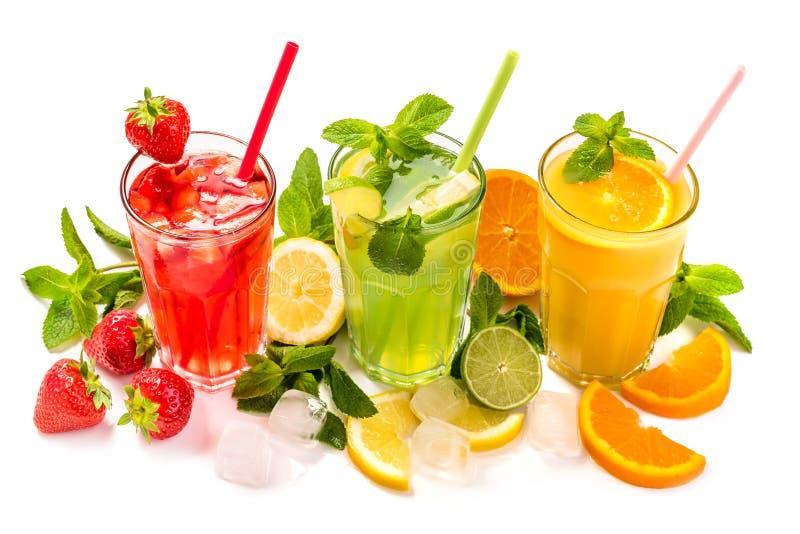 Fruktcoctail i exponeringsglas Fruktdrinkar gjorde av jordgubben, apelsinen, limefrukt, citronen som dekorerades med mintkaramell royaltyfri fotografi