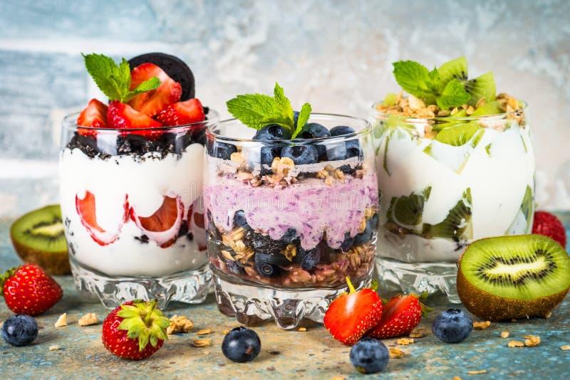 Fruktefterrätt i exponeringsglas med yoghurt och bär fotografering för bildbyråer