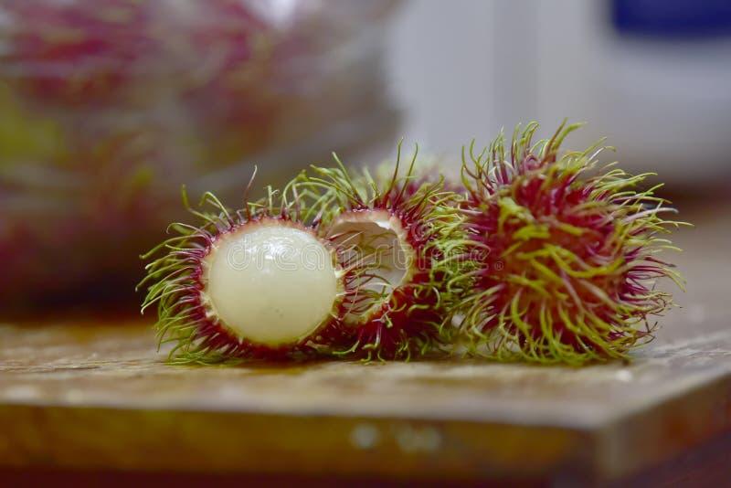 Frukten har rött hår, kött i klar vit gelé arkivfoton