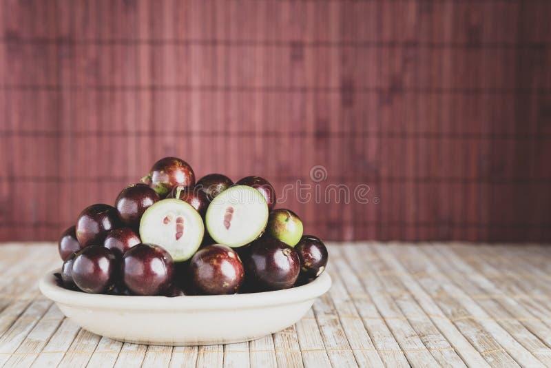 Frukter av jaboticabaen i bunke på tabellen arkivfoto