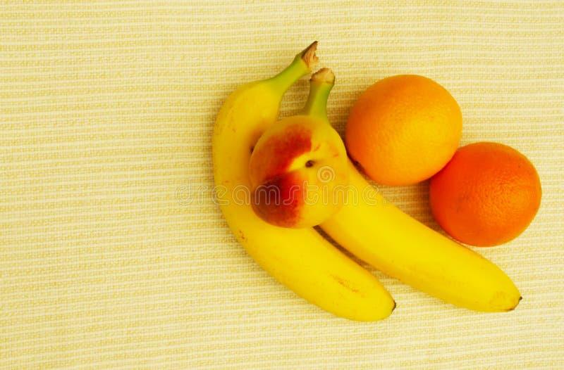 Frukter bananer, apelsiner, persika som är sund arkivfoto