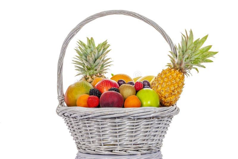 Frukter i stor korg fotografering för bildbyråer