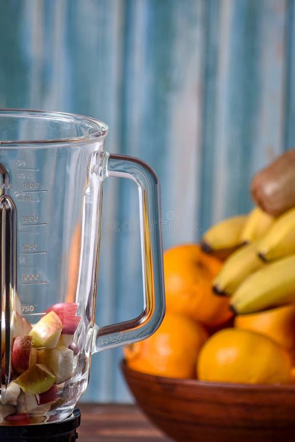 Frukter, innan att blanda upp in i en sund smoothie arkivbilder
