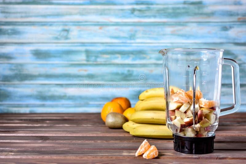 Frukter, innan att blanda upp in i en sund smoothie arkivfoton