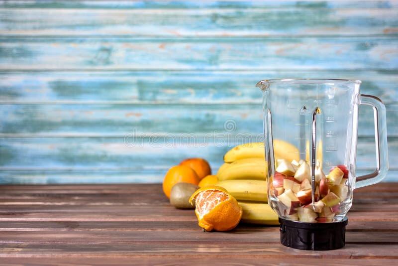 Frukter, innan att blanda upp in i en sund smoothie fotografering för bildbyråer