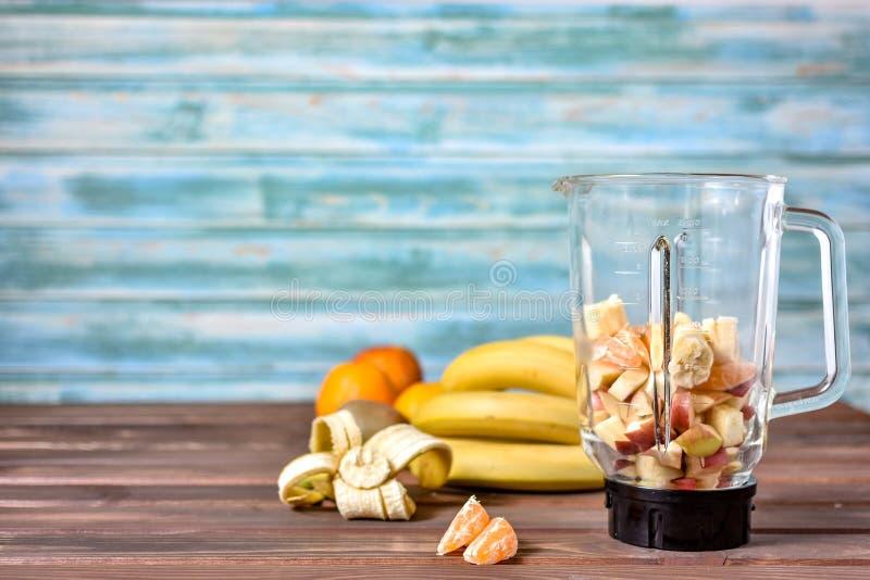 Frukter, innan att blanda upp in i en sund smoothie royaltyfri fotografi