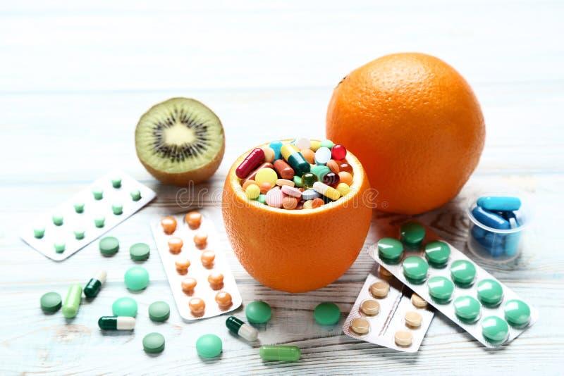 Frukter och färgrika preventivpillerar royaltyfria bilder