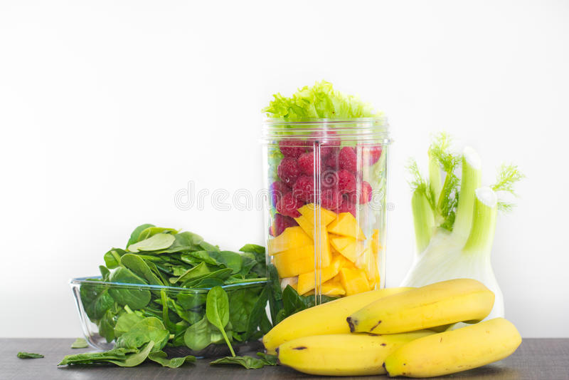 Frukter och grönsaker för juicing arkivbilder