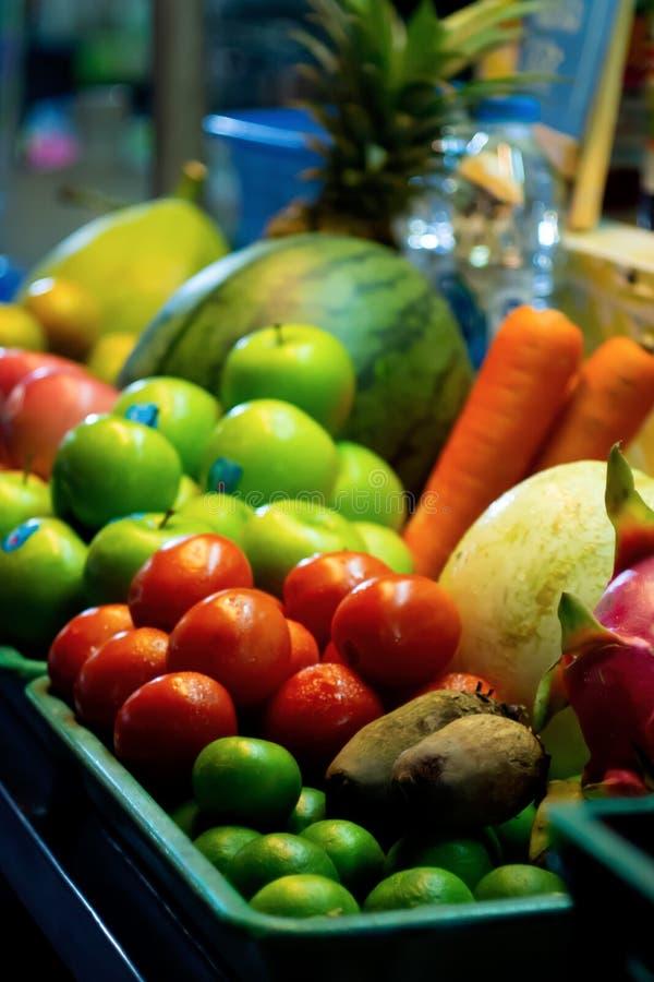 Frukter och grönsaker förläggas i ett magasin för fruktsaft i marknad royaltyfri foto
