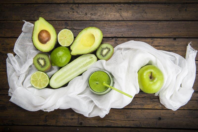 Frukter och grönsaker med ett exponeringsglas av den gröna smoothien arkivbilder