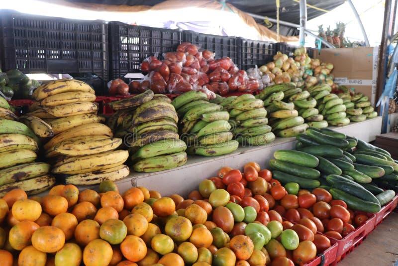 Frukter och grönsaker som är till salu på den utomhus- sväva marknaden i Willemstad, Curacao arkivbild