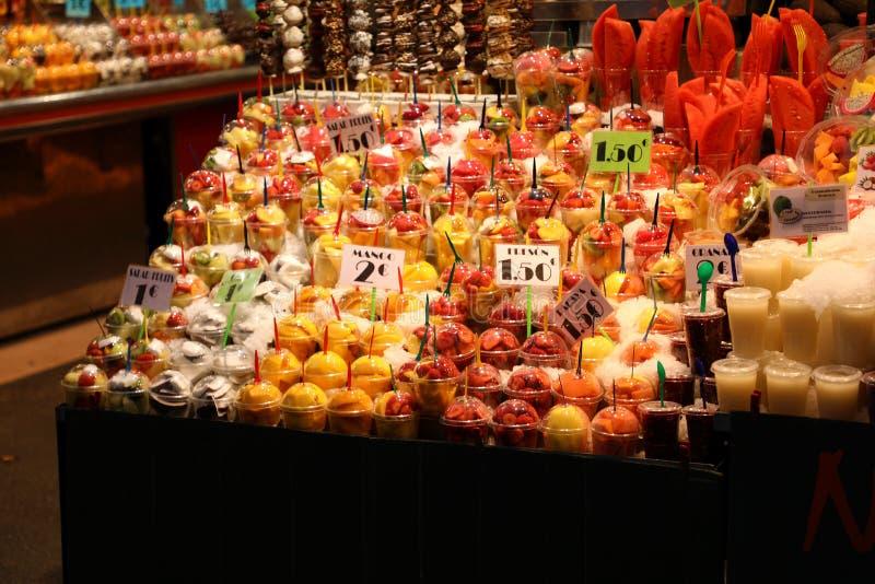 Frukter och grönsaker stannar i La Boqueria, den mest berömda marknaden i Barcelona royaltyfri fotografi