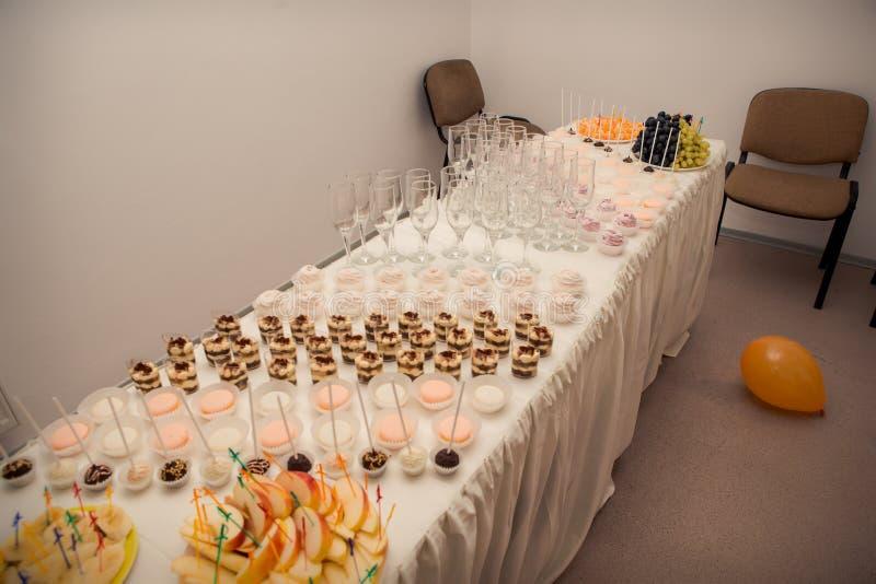 frukter och sötsaker som tjänas som på banketttabellen royaltyfria foton