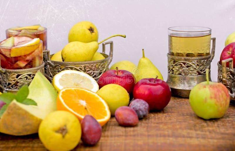 Frukter och uppfriskande drycker (sangria och äppeljuice) arkivfoton