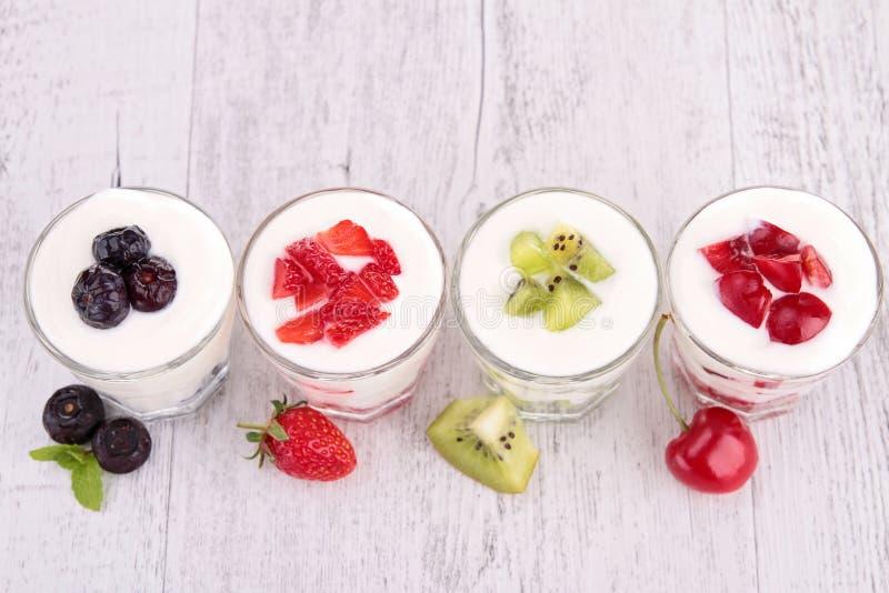 Frukter och yoghurt royaltyfri fotografi