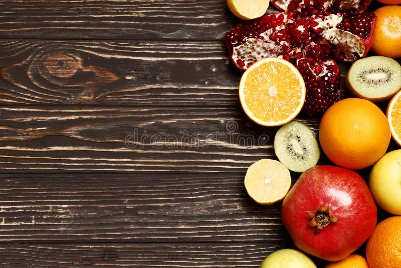 Frukter på en trätabell arkivfoto
