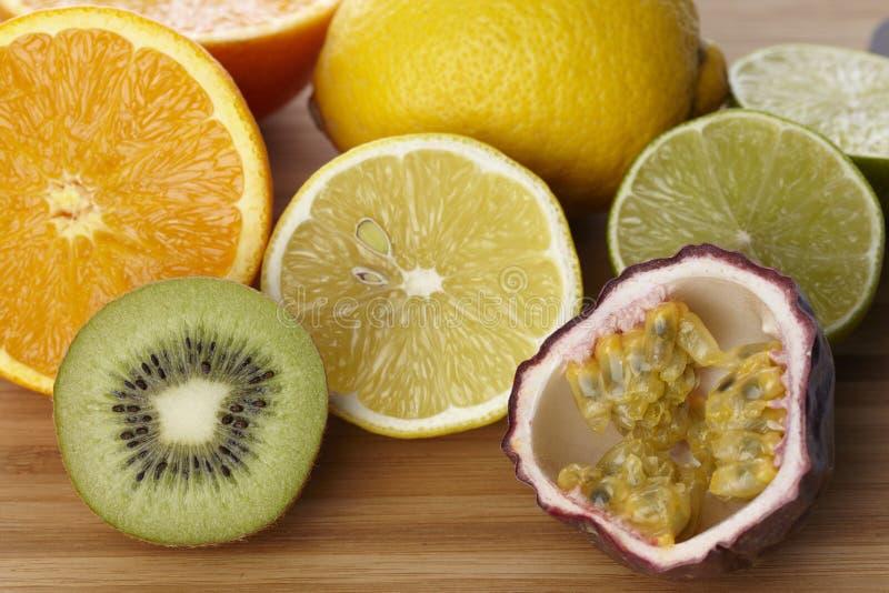 Frukter på ett träbräde royaltyfria bilder