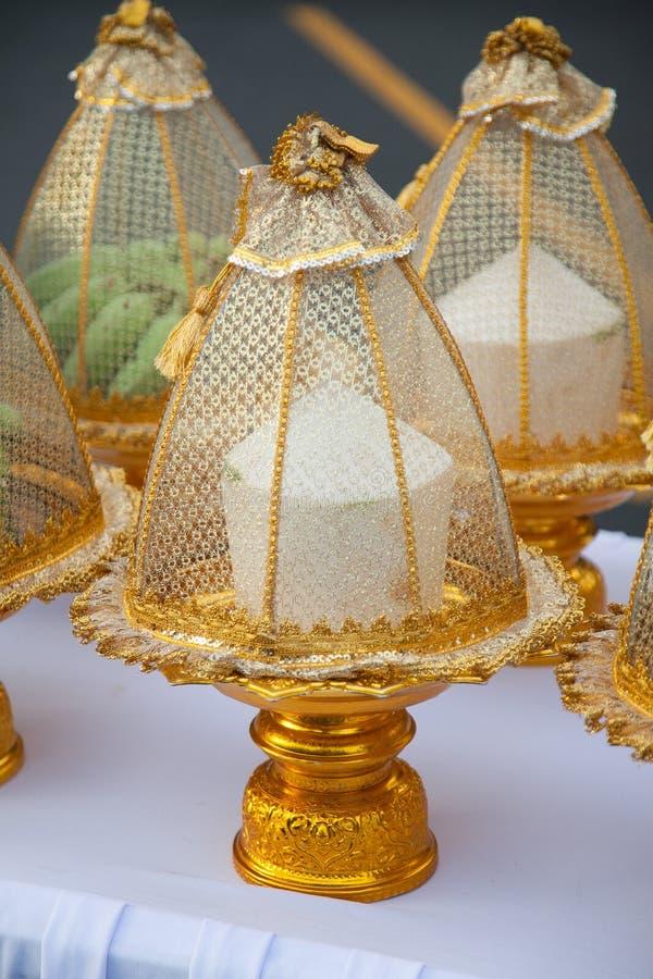 Frukter på magasinet i thailändsk traditionsbröllophändelse arkivfoton