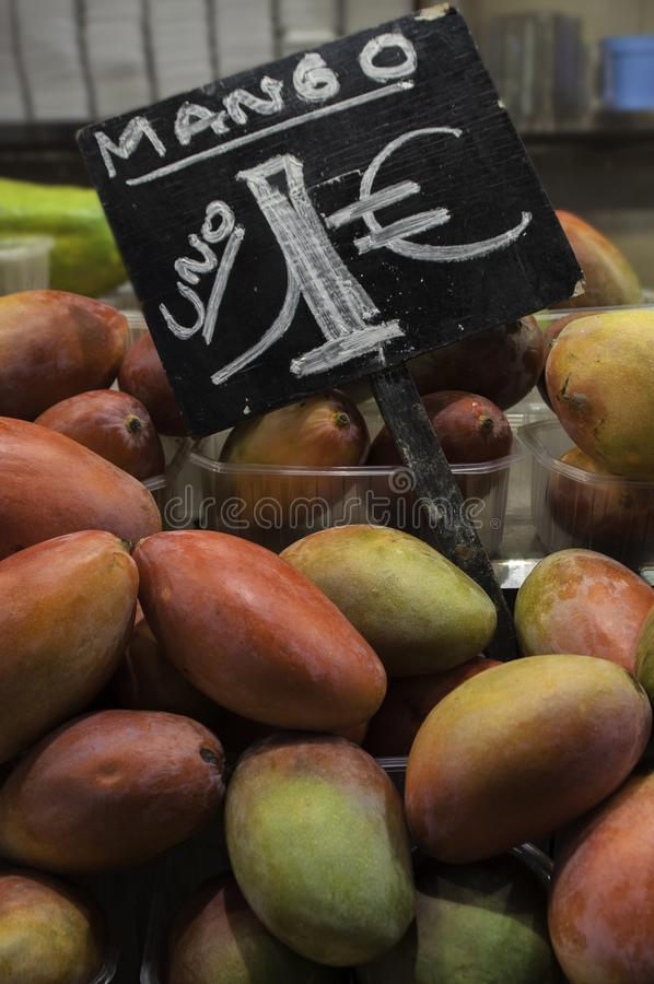 Frukter shoppar, mango arkivfoto