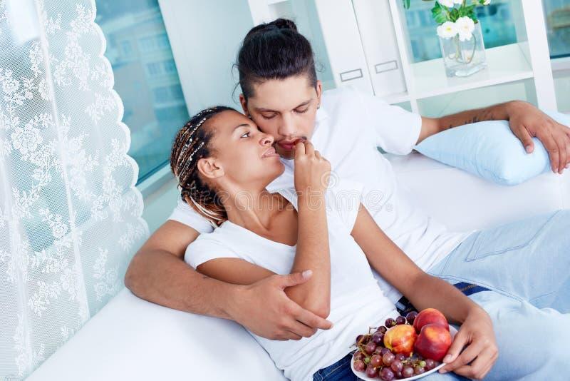 Fruktförälskelse arkivbild