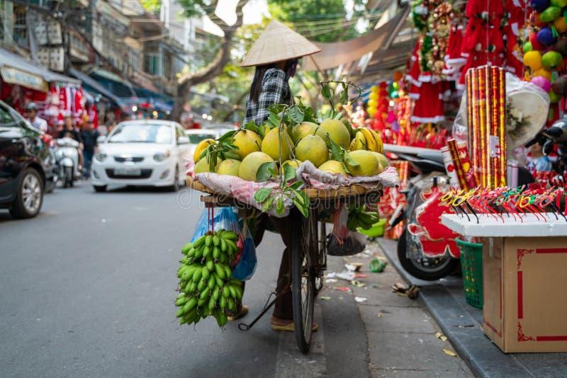 Fruktförsäljare på Hanoi-gatan tidigt på morgonen royaltyfria foton
