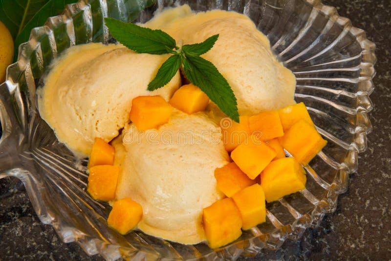 Fruktglass med skivor för ny frukt med sidamintkaramellen på en glass platta royaltyfria bilder