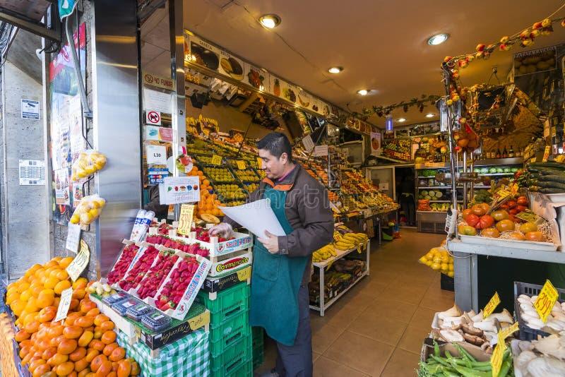 Fruktgrönsaken shoppar på gatan av staden av Madrid royaltyfri foto