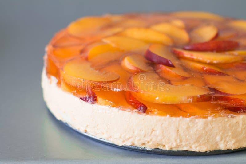 Fruktkaka med persikan, gelé och mousse arkivfoto