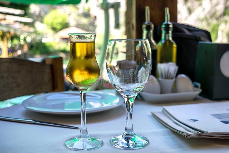 Fruktkonjak eller brännvin i ett frostigt exponeringsglas på en restaurangtabell royaltyfria foton