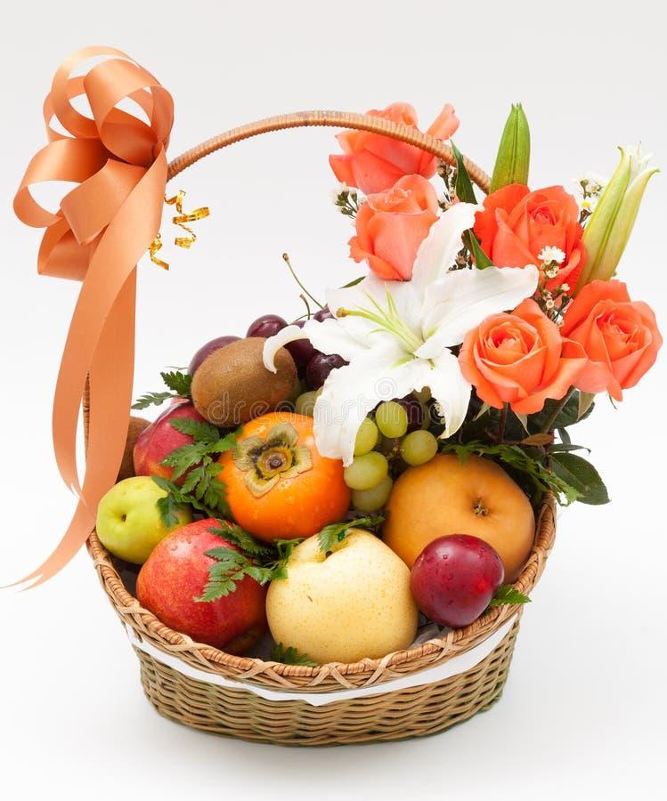 Fruktkorg med blomman fotografering för bildbyråer