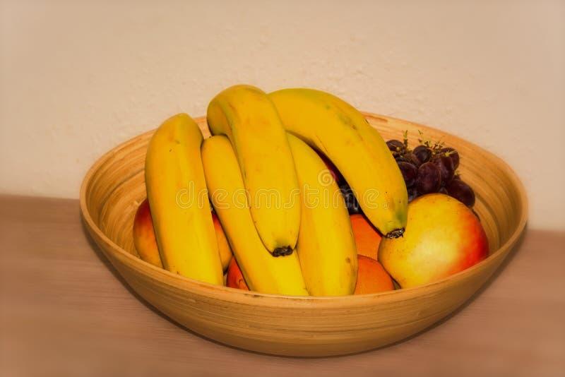 Fruktkorg på en tabell royaltyfria bilder