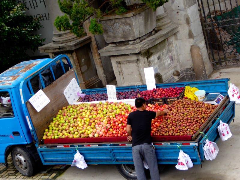Fruktlastbilen royaltyfria bilder
