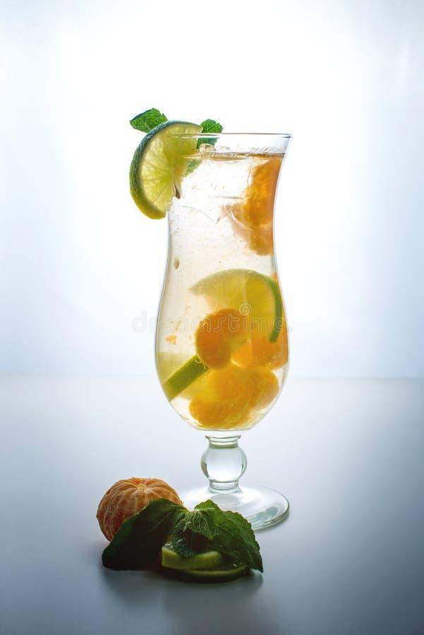 Fruktlemonad i orkan med den orange mintkaramellen och limefrukt arkivfoto