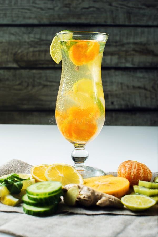 Fruktlemonad i orkan med den orange mintkaramellen och limefrukt royaltyfri fotografi