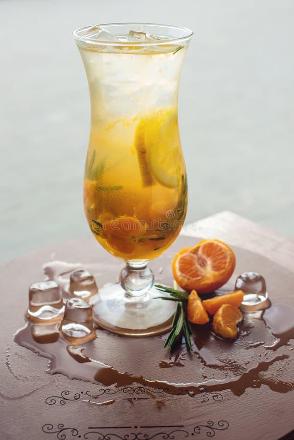 Fruktlemonad i orkan med den orange mintkaramellen och limefrukt arkivbilder