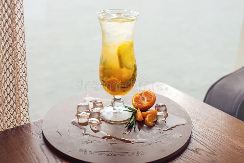 Fruktlemonad i orkan med den orange mintkaramellen och limefrukt royaltyfri bild