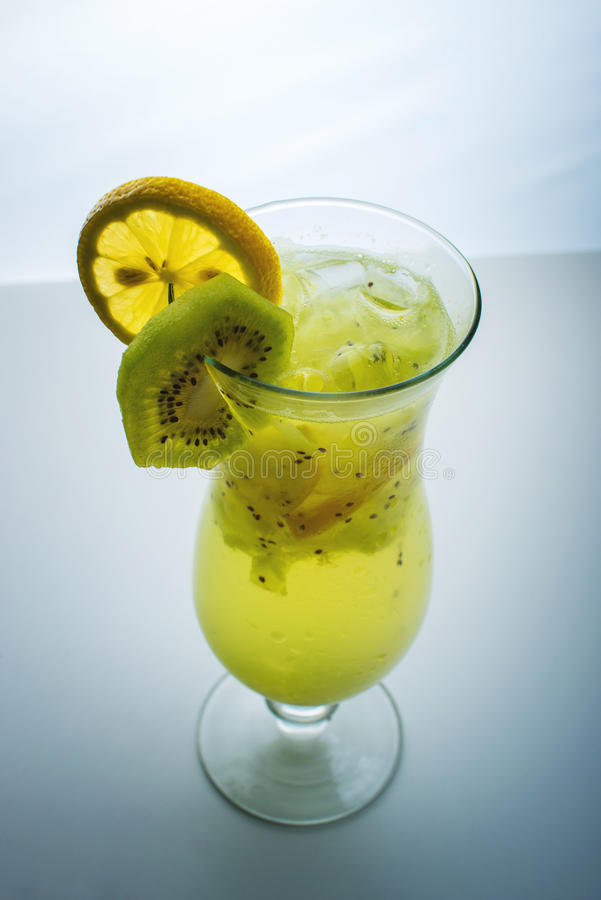 Fruktlemonad i orkanexponeringsglas med kiwin och citronen fotografering för bildbyråer