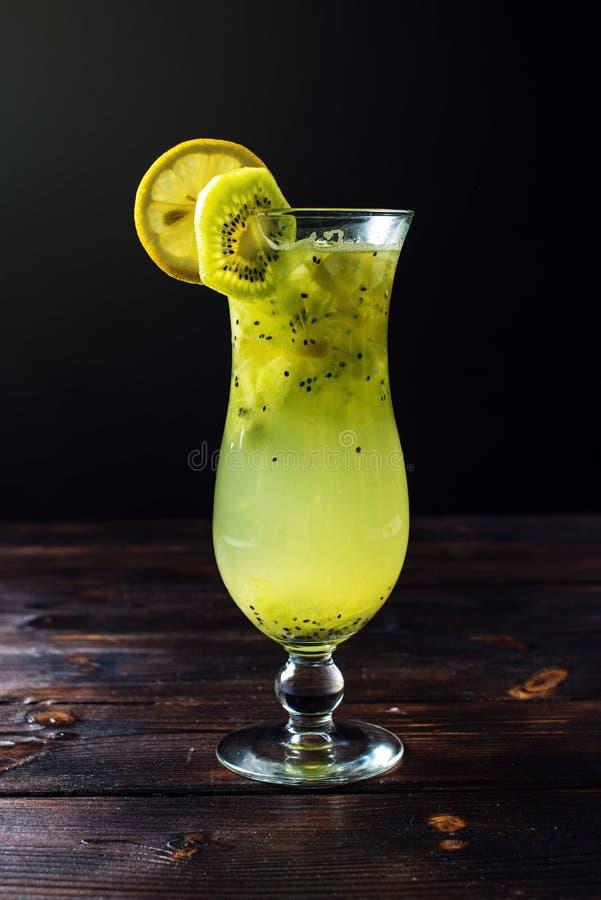 Fruktlemonad i orkanexponeringsglas med kiwin och citronen royaltyfria foton