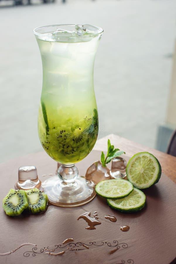 Fruktlemonad i orkanexponeringsglas med kiwin och limefrukt fotografering för bildbyråer