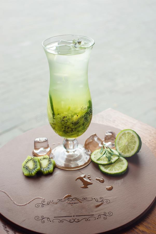 Fruktlemonad i orkanexponeringsglas med kiwin och limefrukt arkivfoton