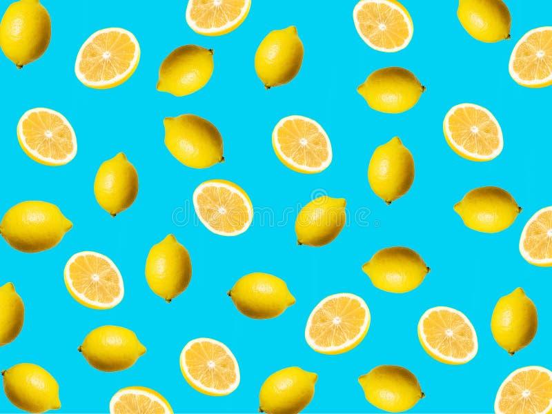 Fruktmönster för färska orangefärgade segment på grön bakgrund royaltyfri foto