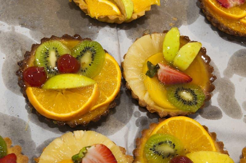 Fruktmuffinkakor på bästa sikt för vit bakgrund royaltyfria bilder
