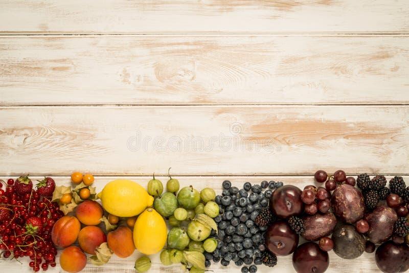 Fruktregnbåge på trä arkivfoto