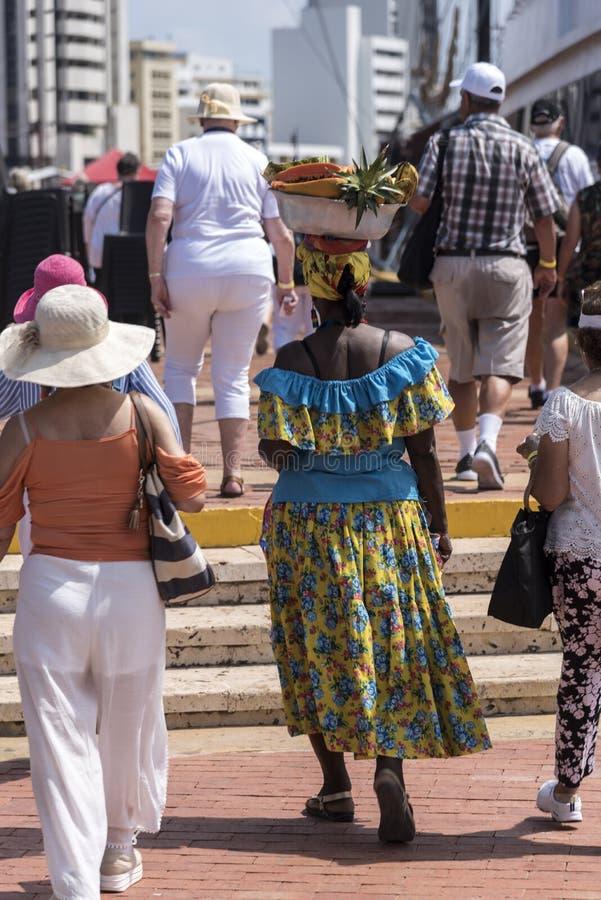 Fruktsäljareport av den gamla staden Cartagena, Colombia arkivfoton