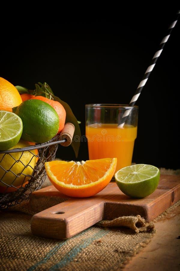 Fruktsaft av blandad citrusfrukt, apelsiner, citroner, tangerin, limefrukt, clementines royaltyfri bild