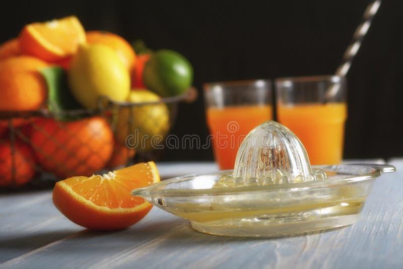 Fruktsaft av blandad citrusfrukt, apelsiner, citroner, tangerin, limefrukt, clementines arkivbilder